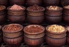 Épices du Maroc dans des bacs d'argile types Images libres de droits