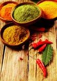 Épices en poudre avec le poivre de Cayenne sur le Tableau Photos stock