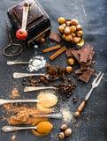 Épices et chocolat sucrés sur une table Photos libres de droits