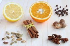 Épices et citron pour le vin chauffé Photographie stock