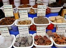 Épices et d'autres éléments sur le marché, Maroc Photographie stock