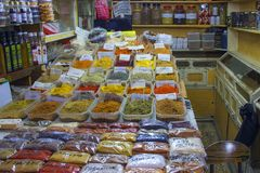 Épices et herbes et épices aromatiques sur le marché arabe en Israël, Jérusalem Photo stock
