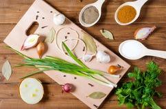 Épices et herbes aromatiques sur une table en bois Images stock