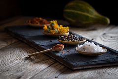 Épices et herbes dans une cuvette en bois Photographie stock
