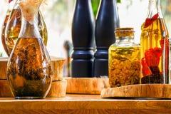 Épices et ingrédients d'herbes dans des bouteilles en verre décoratives, décoration de cuisine photographie stock