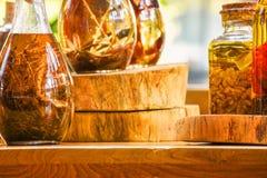 Epices Et Ingredients D Herbes Dans Des Bouteilles En Verre