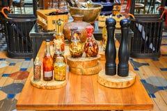 Épices et ingrédients d'herbes dans des bouteilles en verre décoratives, décoration de cuisine photos libres de droits
