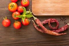Épices et légumes pour faire cuire sur une table en bois Photo libre de droits