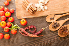 Épices et légumes pour faire cuire sur une table en bois Photo stock