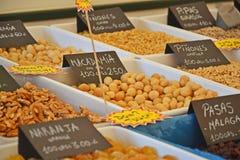 Épices et noix sur le marché de nourriture Photographie stock libre de droits