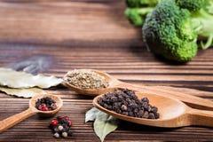Épices et plan rapproché d'herbes sur une table en bois Images stock