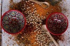 Épices et pois chiches dans plats en céramique, ingrédients pour le cookin image libre de droits
