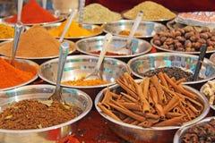 Épices indiennes L'Inde d'épices sont vendues sur le marché photos libres de droits