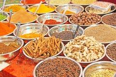 Épices indiennes L'Inde d'épices sont vendues sur le marché Cannelle, pe image libre de droits