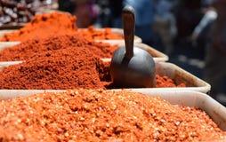Épices moulues traditionnelles sur le marché israélien photographie stock libre de droits