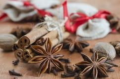 Épices Plan rapproché des bâtons de cannelle, des étoiles d'anis et des clous de girofle sur W Photos libres de droits