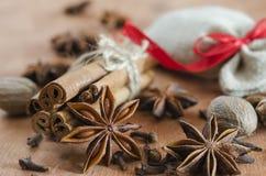 Épices Plan rapproché des bâtons de cannelle, des étoiles d'anis et des clous de girofle sur W Images stock