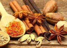 Épices pour des desserts sur la table en bois Photo stock