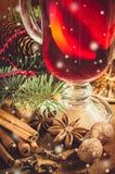Épices pour le vin chaud de Noël Effet en baisse modifié la tonalité et dessiné de vintage de neige Photo stock