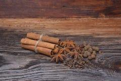 Épices se trouvant sur une surface en bois photos stock