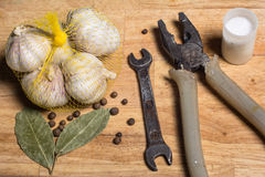 Épices sur des outils du ` s d'une planche à découper et d'homme Photos stock