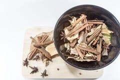 Épices sur le bois images stock