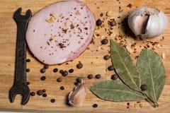 Épices sur une planche à découper, lard Photos stock