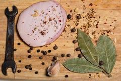 Épices sur une planche à découper, lard Images stock