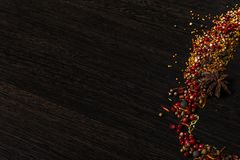Épices sur une table en bois de brun foncé photo libre de droits