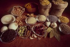 Épices traditionnelles indiennes aromatiques pour la cuisson photo stock