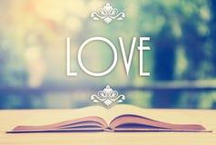 Épigraphe au-dessus du livre ouvert avec l'ornement élégant - amour - position Image stock