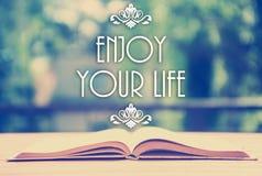 Épigraphe au-dessus du livre ouvert avec l'ornement élégant - appréciez le votre photos libres de droits