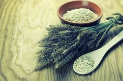 Épillets de blé et d'orge dans le plat photo stock