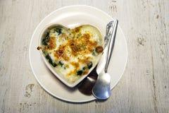 Épinards cuits au four avec du fromage de mozzarella Photo libre de droits