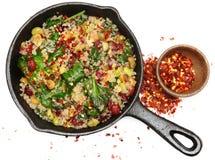 Épinards de quinoa de vue supérieure et salade de canneberge dans la poêle de fonte Images libres de droits