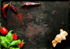 Épinards et épices de bébé avec l'ingredientson sur le fond foncé de vintage de vieux métaux rouillés, vue supérieure Nourriture  photographie stock
