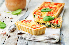 Épinards, tomates, quiche de champignon Photo stock