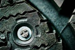 Épine en acier d'une fin cloutée par hiver de pneu de voiture  Macro photo photos stock