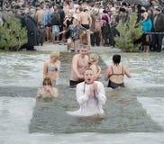 Épiphanie chrétienne de festival religieux. Les gens se baignent en rivière en hiver. Photos stock