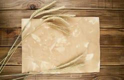 Épis de blé de blé sur le vieux papier Photo stock