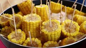 Épis de maïs cuits bouillis par plan rapproché sur le bâton clips vidéos