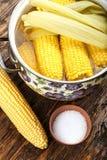 Épis de maïs cuits et crus Photographie stock