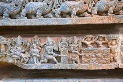 Épisode de Bhakta Prahlada étant totured de plusieurs manières temple de Kedareshwara, Halebidu, Karnataka, Inde Photo libre de droits