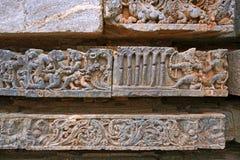 Épisode de Ramayana Flèche de tir de Rama chez Bali par sept arbres Temple de Kedareshwara, Halebidu, Karnataka, Inde Images libres de droits