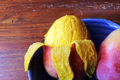 Épluchage d'une mangue en Amérique Centrale photo stock