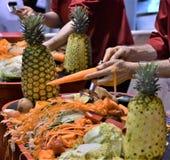 Épluchage de la carotte pendant une démo de produit images libres de droits