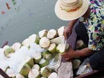 Épluchage de la noix de coco fraîche Images libres de droits
