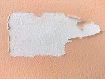 Épluchage de la peinture rose de mur images libres de droits