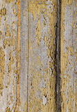 Épluchage du vernis sur le panneau en bois photos libres de droits