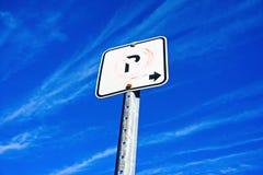 Épluchage du vieux signe de stationnement interdit Photos stock